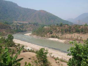 Rzeka w Nepalu. Trekkingi górskie, wyprawy górskie