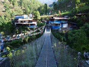 Żelazny most w Nepalu. Wyprawa trekkingowa w góry