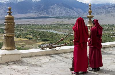 Mnisi grający na trąbach