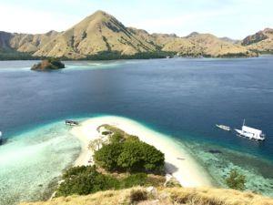 Widok z wyspy Kelor, Archipelag Komodo, trekking Indonezja