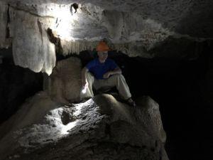 Turysta w Jaskini Lustrzanej, trekking Indonezja na wyspie Flores