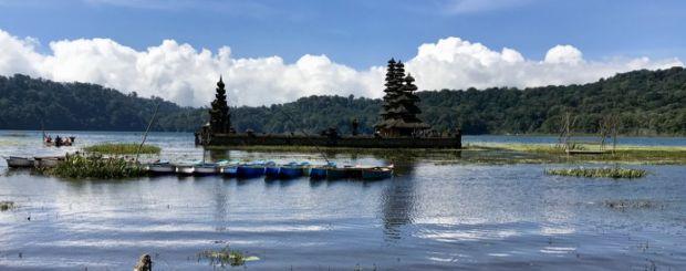 Bali świątynia na wodzie w okolicach Gunung Lessung