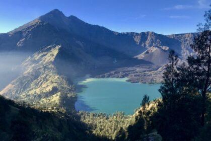 Widok na szczyt Rinjani oraz jezioro w kraterze wulkanu