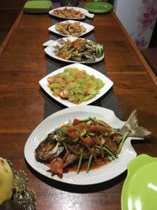 Obiad na statku pinisi, Archipelag Komodo, trekking Indonezja