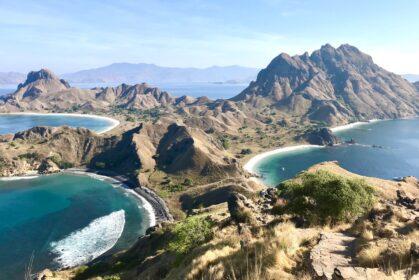 Panorama ze szczytu na wyspie Padan, trekking w Indonezji