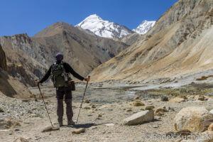Turysta w czasie trekkingu na tle gór